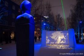 Gustav Rosén tittar på TV. Den gröna strålen är lasern som stod mellan rådhuset och järnvägsstationen.