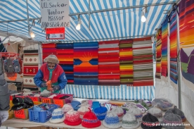 Färggranna mattor och hattar till salu