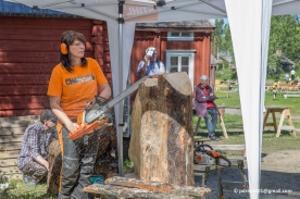 Ulla Haglund på hantverkardagen på Stundars. Hon gör sina första snitt i en tjock stock.
