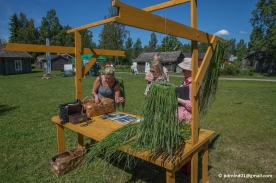 Ann-Sofie Svansbo berättar för ett par intresserade besökare